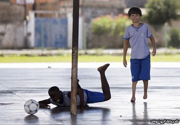 شاب يلعب كرة قدم غريب جدا وهو بدون اقدام 2012 121002120029AQc6.jpg