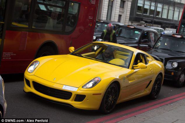 عرض ضخمه تعج بسيارت أثرياء العرب 2013 130102202411zfqr.jpg